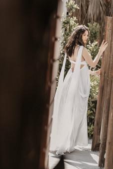 atelier tsourani bridal Νυφικό στυλ boho το οποίο αποτελείται από πλούσια φούστα από μεταξωτή μουσελίνα και μπλούζα από κηπούρ δαντέλλα