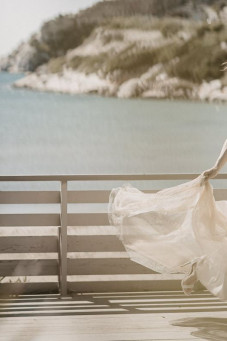 atelier tsourani bridal Νυφικό από κηπούρ guipure δαντέλλα με κομποζέ μεταξωτό τούλι και επένδυση από τούλι με glitter με πλούσια ουρά