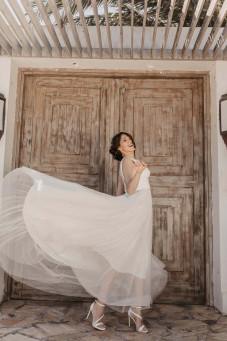 atelier tsourani bridal Νυφικό ρομαντικό από 100% μεταξωτό τούλι με πλούσια φούστα ζώνη κεντημένη από Swarovski