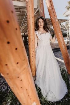 atelier tsourani bridal Νυφικό σε ρομαντικό στυλ από 100% μεταξωτό τούλι κεντημένο από μοτίφ δαντέλλας. Κορσαζ κομποζέ με δαντέλλα και σατεν με πλούσια φούστα