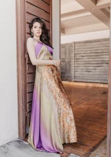 atelier Tsourani Φόρεμα μεταξωτό ντεγκραντέ ύφασμα συνδυασμένη με δαντέλλα στη μέση και ντεκολτέ χιαστή