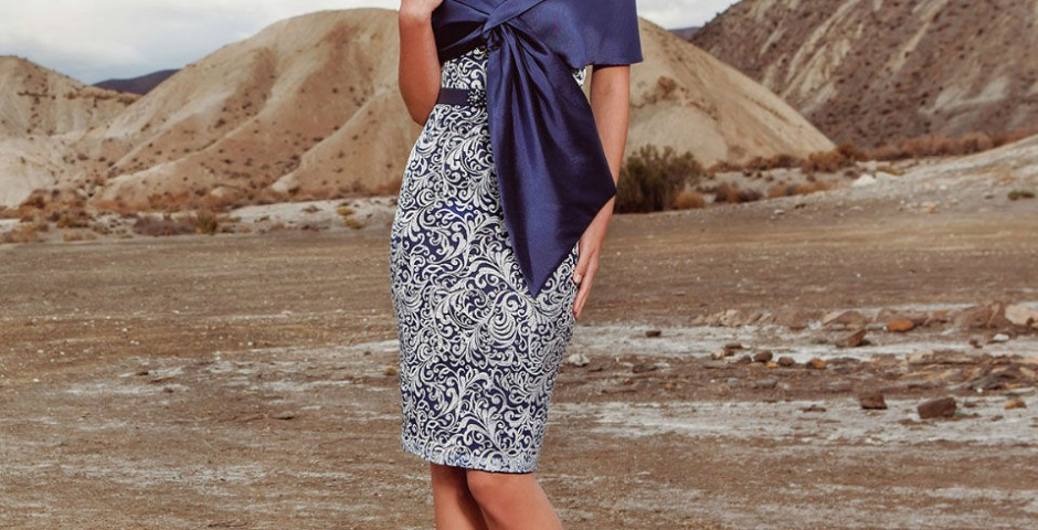 cocktail φορεμα σε αποχρώσεις του μπλε με εσάρπα atelier tsourani